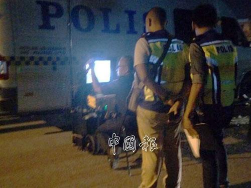 警方跟拆彈小組人員全程候命,確保將炸彈引爆時的傷害力降到最低。