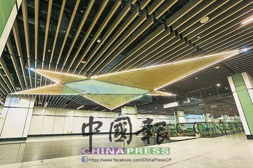 國家博物館站內的設計有豐富藝術色彩,五角星的燈管非常引人注目。