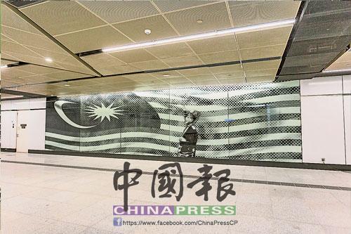 """國父帶領人民高喊""""默迪卡""""的激昂畫面被呈現在默迪卡站,帶出我國獨立歷史的背景。"""