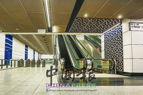 敦拉薩國際貿易中心牆上鮮明的藍白色搭配,展現濃厚的伊斯蘭企業色彩。