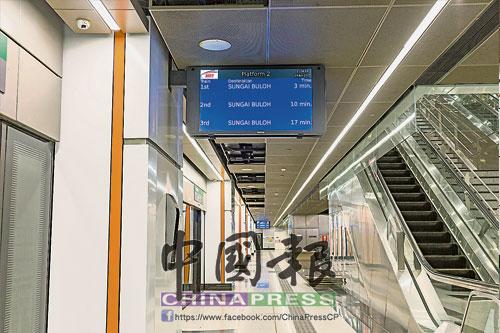葛京站利落的設計迎合現代化城市的氣息,顯著的告示牌為乘客傳達列車的到站資訊。