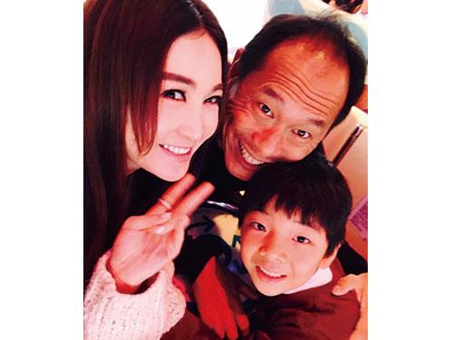 溫碧霞經常在社交媒體上載一家三口的幸福照。(圖/取自東網cc)