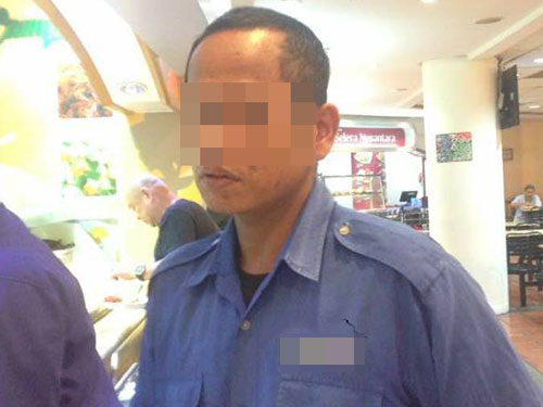 嫌犯購買食物時,趁機揉捏身旁女子的臀部。