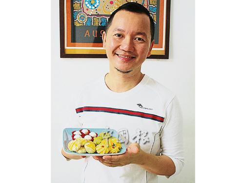 陳丁尼製作的馬來年餅,融合了華人與馬來人、東馬與西馬等不同風味。