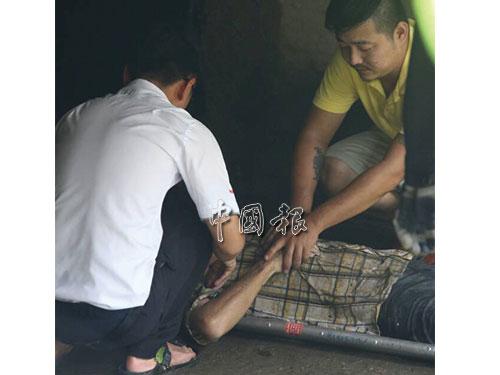 死者兒子(左)獲悉父親被尋獲,第一時間進入水溝認屍。
