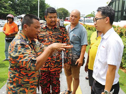 消拯員向死者兒子(右)講解,當局打算如何進行搜救工作。