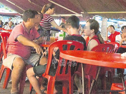 女郎主動搭訕新加坡大叔,大獻殷勤,逗得大叔樂開懷。