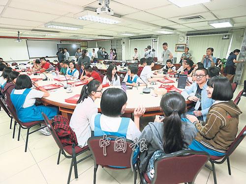 香港中學生與隆中華的學生交流彼此的學習心得,雙方都聊得非常愉快。