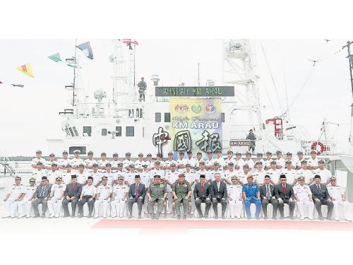 日本政府提供給我國的第二艘大型巡邏艦「亞婁號」正式亮相啟用;坐者8起為英德拉、阿茲蘭、端姑賽西拉祖丁、端姑賽菲祖丁、沙希淡卡欣及宮川真喜雄。