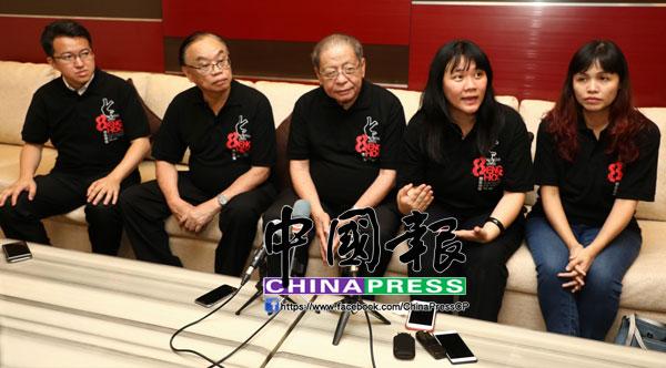 趙麗蘭(右2)在記者會上提醒納吉和廖中萊,兌現還原趙明福冤案的真相。左起為劉鎮東、方貴倫、林吉祥和張念群。