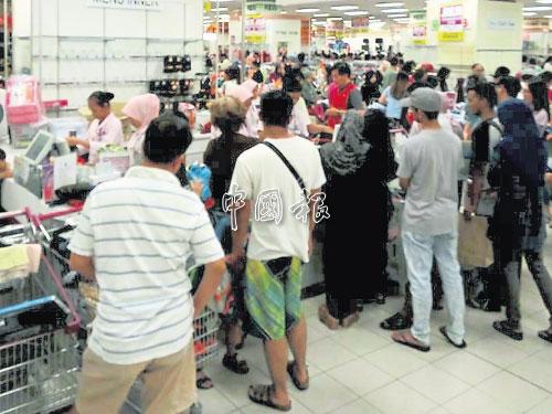 購物廣場清貨大拋售,現場人潮擁擠。