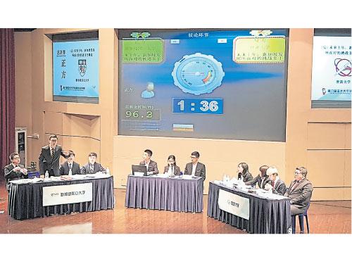 亞太辯兩支決賽隊伍,即左方的新加坡國立大學與右方的世新大學。