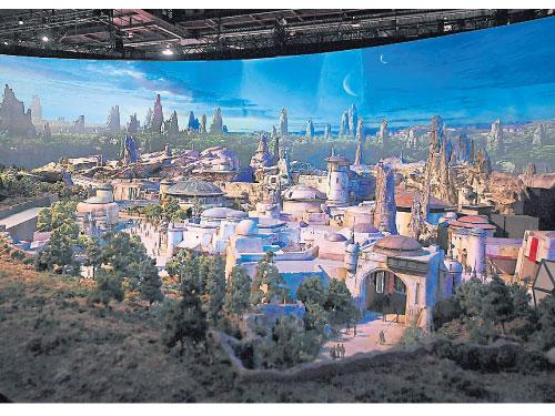 迪士尼D23博覽會上的《星球大戰》園區模型。(法新社)