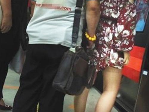 北京有媒體在地鐵內明察暗訪,結果發現意思色狼的蹤影。