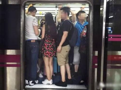繁忙時間,地鐵或巴士車廂人滿為患,女性難以保護自己。