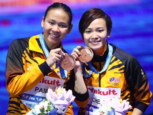 大馬組合潘德麗拉(左)與張俊虹以328.74奪得銅牌。(路透社)