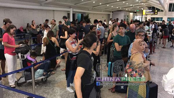 峇里島的機場內都是無法返回吉隆坡的乘客。
