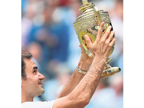 超過美國名宿桑巴拉斯,第8次捧起冠軍金杯的費特勒成為溫網奪冠次數最多的男球員。(美聯社)