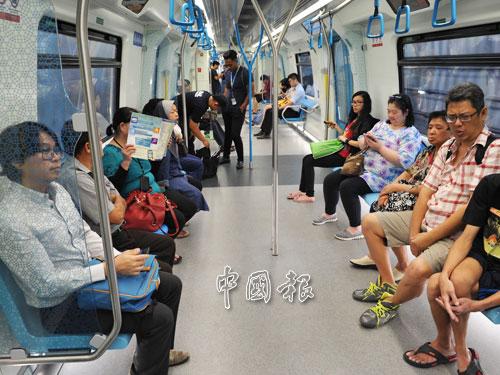 上班尖峰時段過後,車廂內依然有不少乘客。