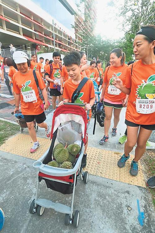 參加者把榴槤當成嬰兒放在嬰兒推車上。