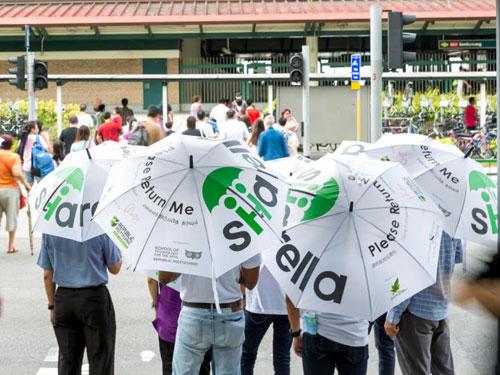 共享雨伞的设计鲜明,但就是有公众使用后顺手牵羊。(《联合早报》)