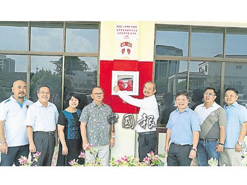 黃才榮(右4)代表移交AED儀器給中華總校,左起為林國雄、鄭有億、陳素媚、楊玉箴、郭鎮、王埴鍵及杜忠珉。
