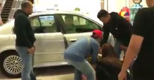 現場民眾發揮救人精神,協助被撞傷的婦女。