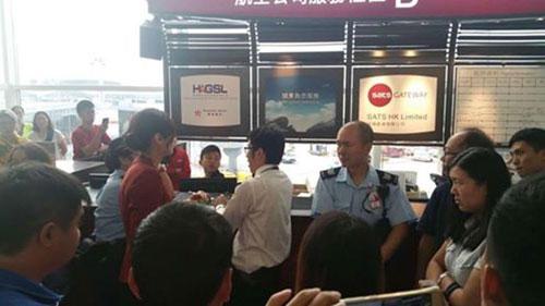 不滿的乘客聚集在該航空公司的服務櫃檯前。