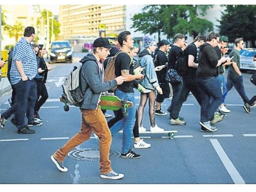 「低頭族過馬路」的圖片搜尋結果