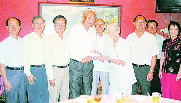 2002年12月,郭鶴堯(右4)捐出他一生儲蓄的100萬令吉給寬柔基金,但不放自己的名字,而以黃羲初的名義,成立一項教育基金。