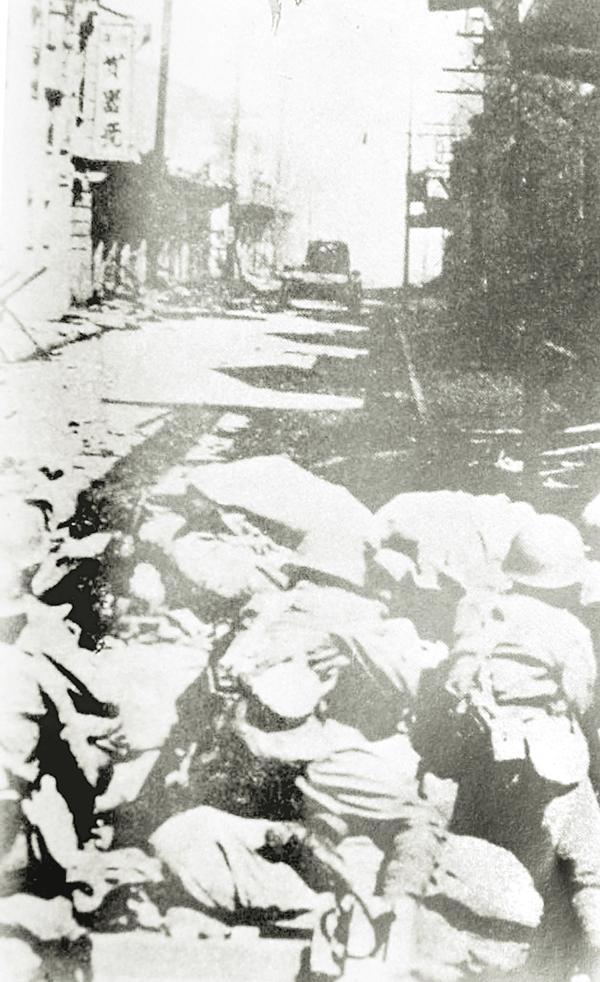 日軍攻佔新山,屠殺眾多平民百姓,屍首堆積如丘。