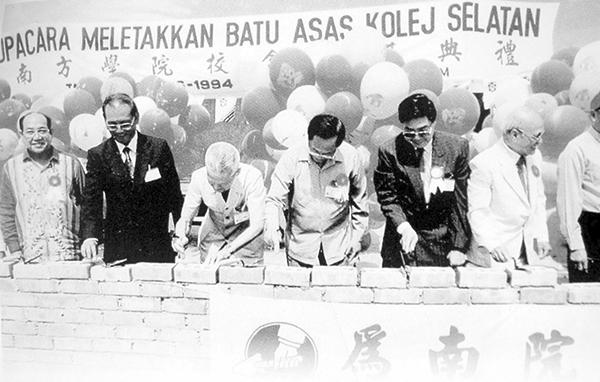 來自各地的華團、文教機構領袖及熱心族群的教育人士,主持南院砌磚儀式;從左至右,張愈昌、陳孟通、郭鶴堯、郭全強、曾振強、沈慕羽和劉南輝。
