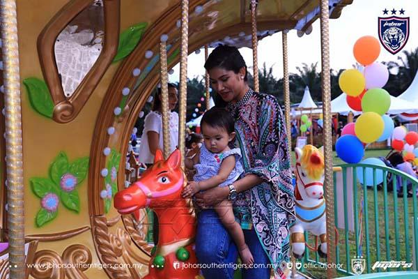 小公主在母親卡麗達布斯達曼的陪同下,騎著旋轉木馬,萌樣十足。