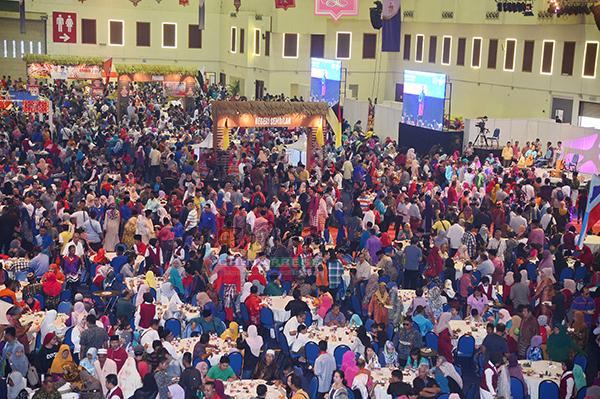 巫統週日在吉隆坡世貿中心舉辦開齋節門戶開放活動,吸引各族人民前來共襄盛舉。