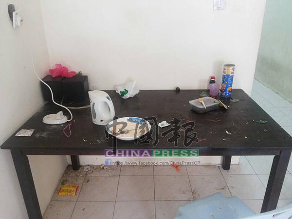 屋里的餐桌上留有食物渣滓,也未獲清理。