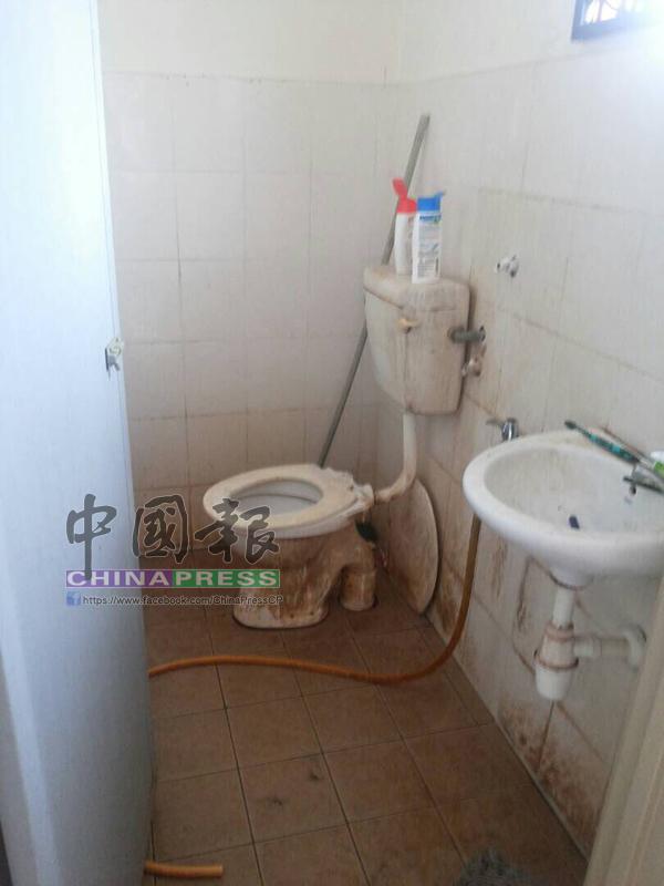 廁所沾滿污垢,情況糟糕。
