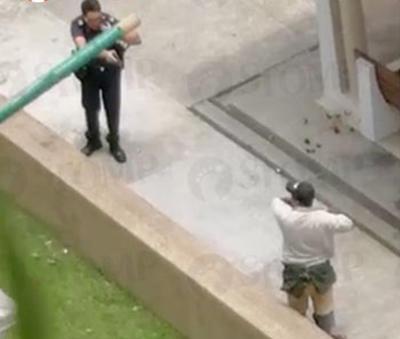 警員一度拔出電擊槍對質。