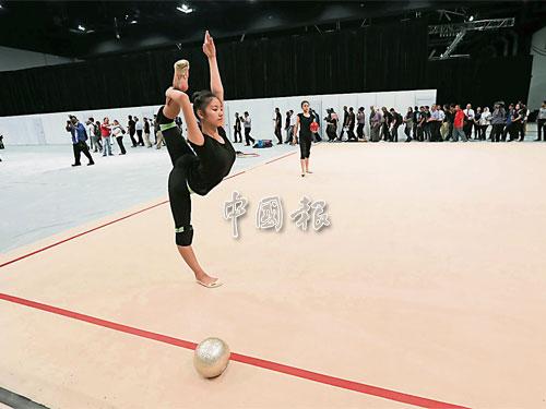 主辦器械體操與韻律操場地還沒有正式完工,韻律操隊只能在熱身場地進行訓練,並適應場地燈光。韻律操教練說,這場地已達世界級水準。
