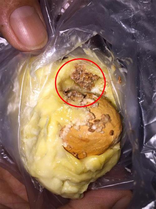 女網友吃了兩口榴槤後,驚覺自己吃到了蟲。(取自面子書)
