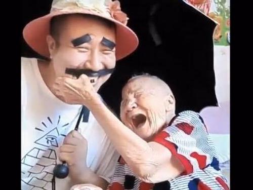 孫子搞笑花樣多,奶奶笑得合不攏口。