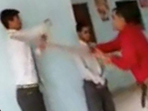 校長用木棍毆打學生。