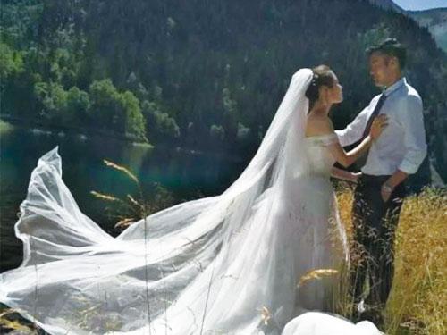 林希幔和未婚夫遠赴九寨溝拍攝婚紗照。