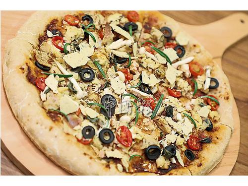 橄欖迷迭香披薩是駱紆蕙用自己養了八年的天然酵母製成的餅皮,及自製芝士、有機豆腐、日曬和新鮮番茄及白玉菇等配料組合而成,用天然酵母製成的披薩餅皮,口感香軟有韌性,容易消化。