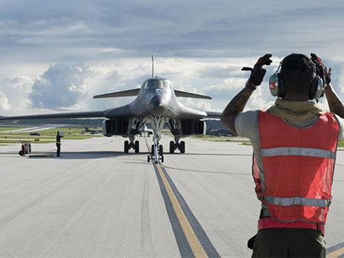 """美軍計畫用B-1B""""槍騎兵""""戰略轟炸機攻擊朝鮮,圖為B-1B7月26日在關島安德森空軍基地降落。(美聯社)"""