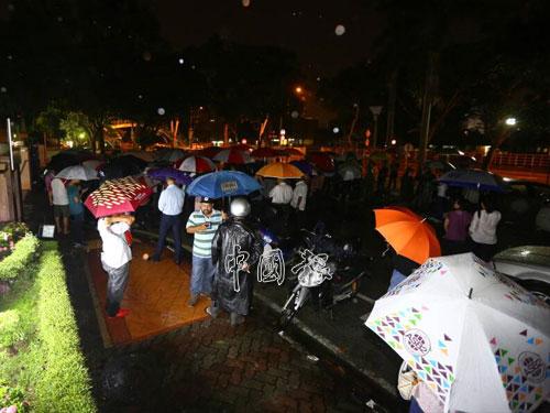 儘管天不作美下起雨來,但行動黨眾領袖和支持者們,撐傘在雨中聲援彭文寶。