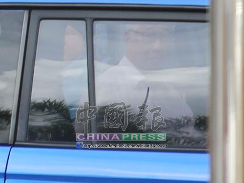 彭文寶正式被扣留後步出反貪會,準備上車。
