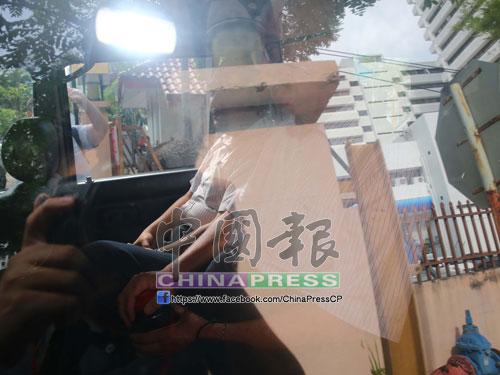 彭文寶(右)被反貪會扣查後,週五下午4時35分被官員帶離反貪會。