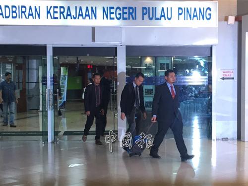 反貪會總部官員在調查工作結束後,離開光大。