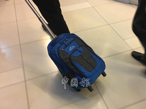 一名官員拖著書包離開,但無法得知是否有取走彭文寶辦公室