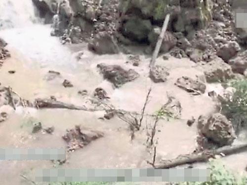 瀑布下方的清潭變成一池泥水。
